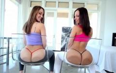 Deux lesbiennes sauvages et délicieuses